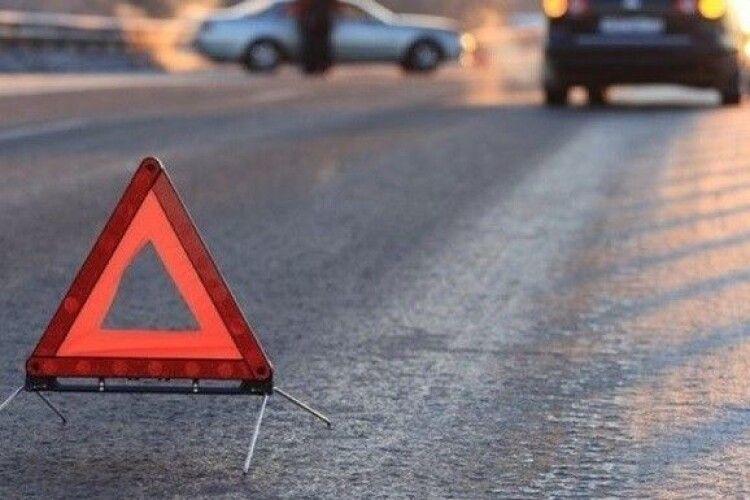Перебігала дорогу: у Луцьку авто збило жінку