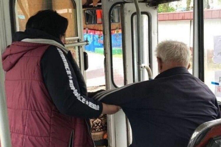 У Рівному кондуктор вигнала з тролейбуса 90-річного пасажира, бо «смердів» (Відео)