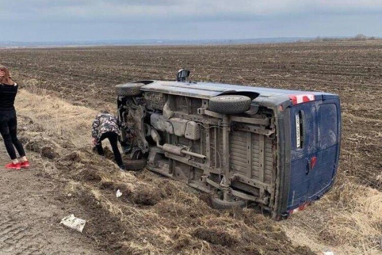 Мікроавтобус оминав ями і перекинувся у кювет