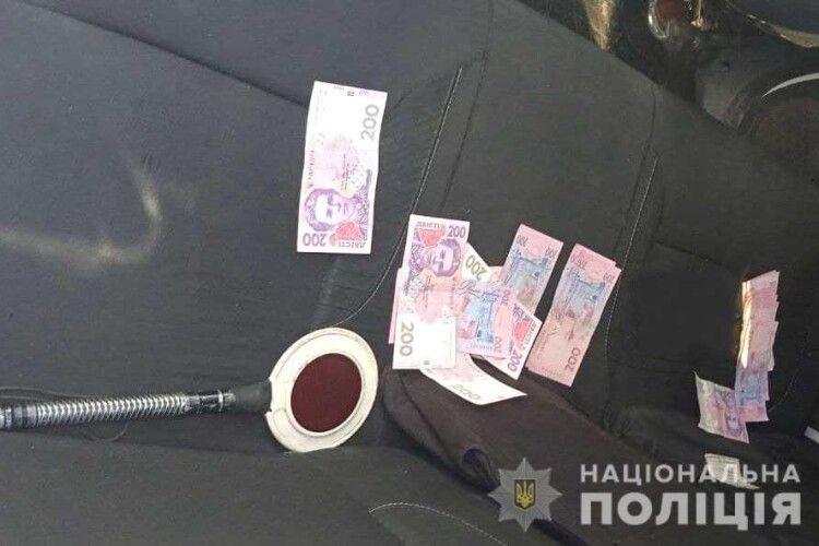 П'яний мотоцикліст на Рівненщині висипав поліцейським усі гроші