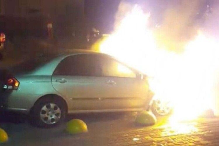 Суд заарештував підозрюваного в підпалі автівки «Схем», але не назвав його ім'я