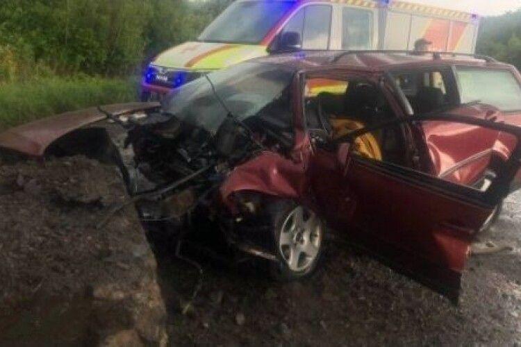 На Волині, щоб дістати загиблого водія з автівки, викликали рятувальників