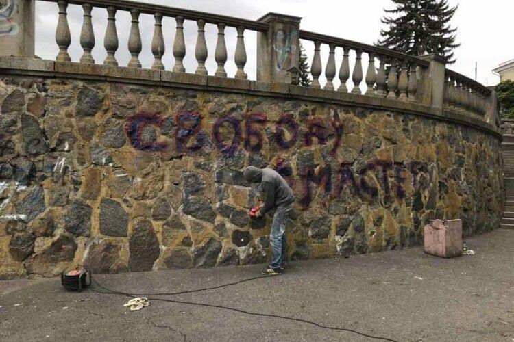 У Луцьку візьмуться за вандалів, які обмальовують фасади будівель