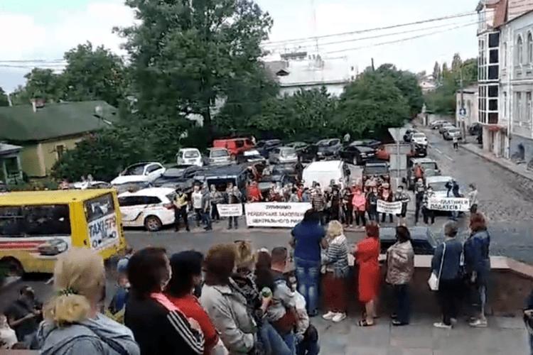 Підприємці Старого ринку пікетують міську раду, де сьогодні засідає земельна комісія (Відео)