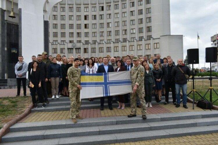 Прапори ВМС України, які підняли по всій Волині на підтримку полонених моряків, урочисто спустили