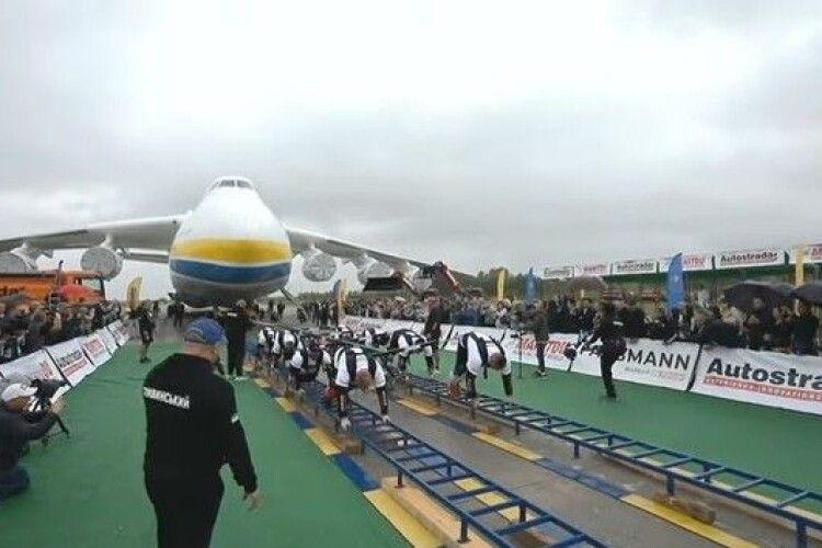 Є рекорд: восьмеро українців протягнули... найбільший літак світу (Відео)