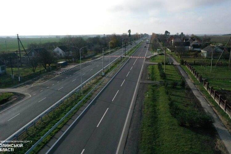Дорожники показали, як по-сучасному відремонтували ділянку траси в селі біля Луцька (Фото)