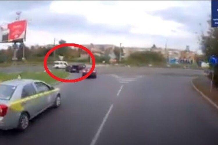 Волинська поліція шукає «Фольксваген Гольф», який зник з місця ДТП (Відео)