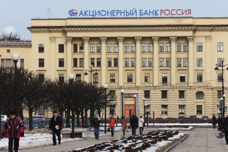 Росіяни масово забирають з банків свої заощадження