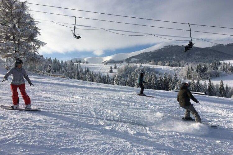 На закарпатському гірськолижному курорті 40 молодиків напали на відпочивальників
