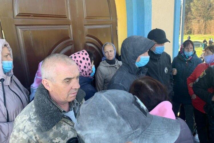 На Рівненщині з бійкою та ґвалтом ділять церкву: є потерпілі (Фото)