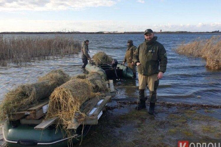 Хай летять на все готовеньке: на Ягодинському озері диким качкам пропонують житло
