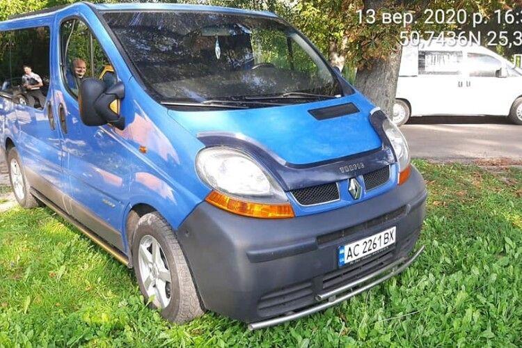 У Луцьку оштрафували понад 20 водіїв, які припаркували свої авто в центральному парку