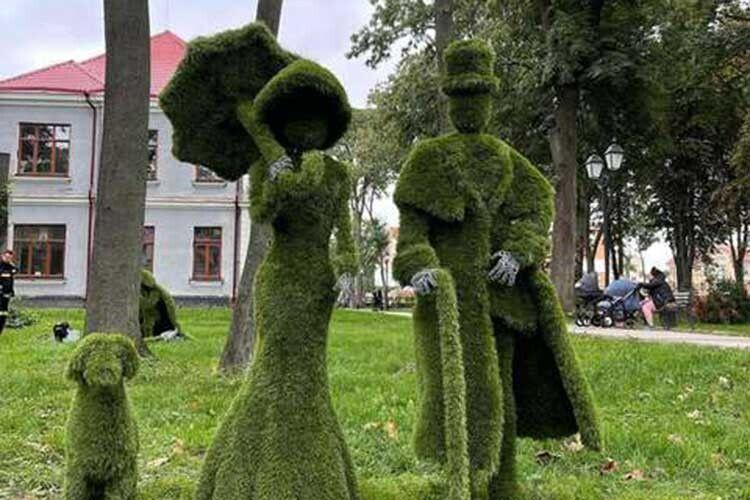 Вічнозелені скульптури у Володимирі; фронтова бібліотека; чому волинянці дякують зі Сходу - теми ранішньої добірки