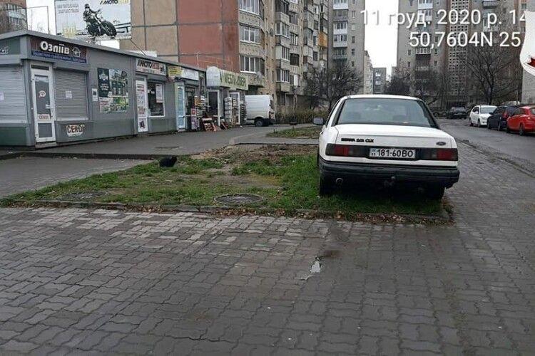 В Луцьку влаштували облаву на автонечем, які паркують свої автівки просто на газонах (Фото)