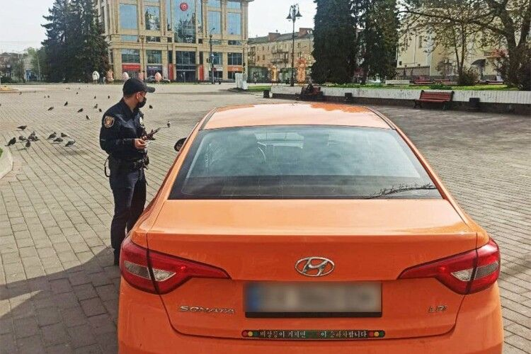 У Луцьку оштрафували водія, який катався машиною по Театральній площі
