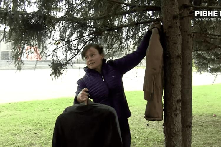 Навіщо рівнянка розвішує на деревах у парку теплий одяг (Відео)
