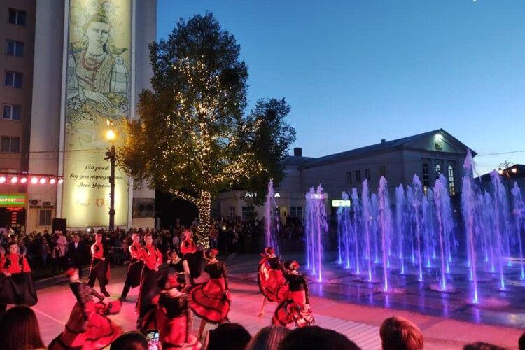 У Луцьку з танцями вдруге відкрили світломузичний фонтан (Фото)