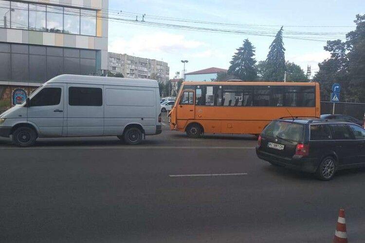 У Луцьку біля «Променя» сталася аварія за участю маршрутки (Фото)