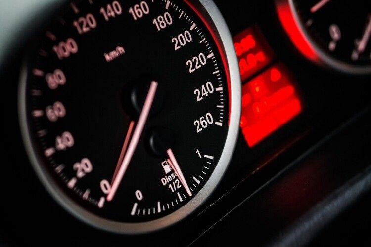 На Рівненщині водійка Мercedes на швидкості влетіла в гімназію (Фото)
