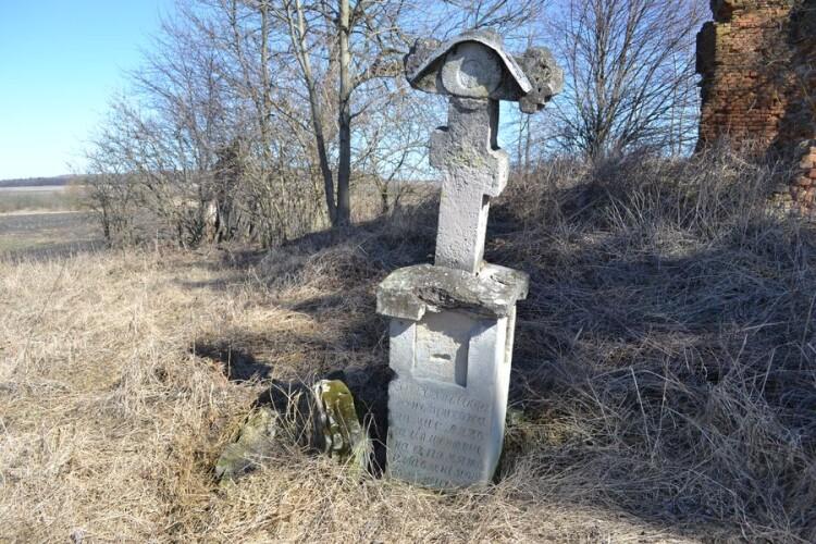 Хрест споруджений прихожанами Ляхова та Щенютина в пам'ять позбавлення від пошесті.