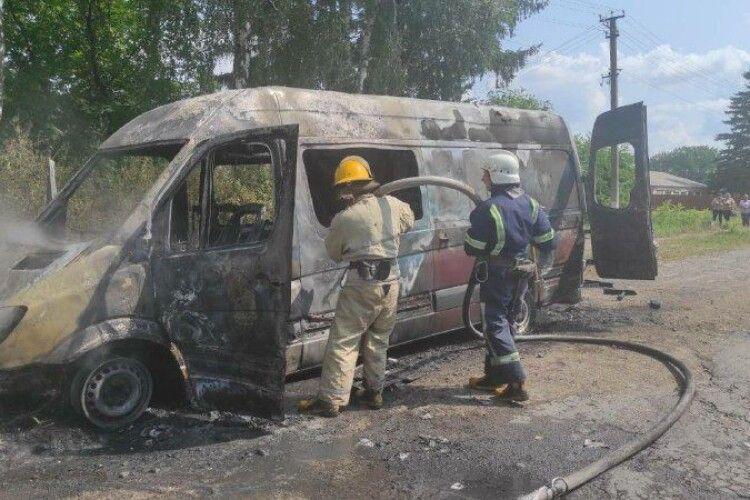 На Горохівщині вщент згорів бус (Фото)
