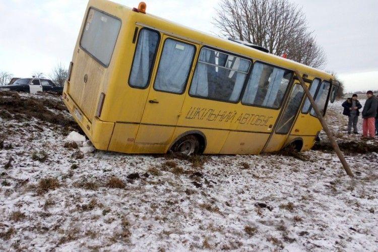 Шкільний автобус з'їхав у кювет та мало не перекинувся (Фото)