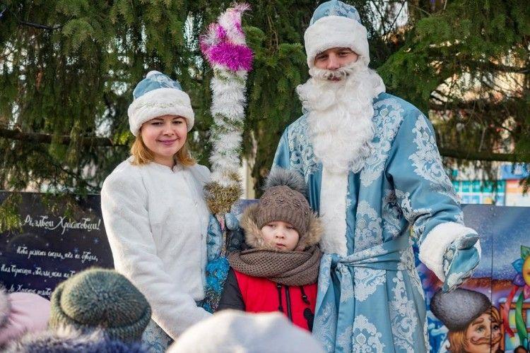 Дід Мороз і Снігуронька роздавали подарунки у Володимирі-Волинському