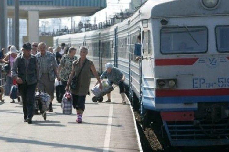 А люди штурмують старі й обдерті дизель-поїзди