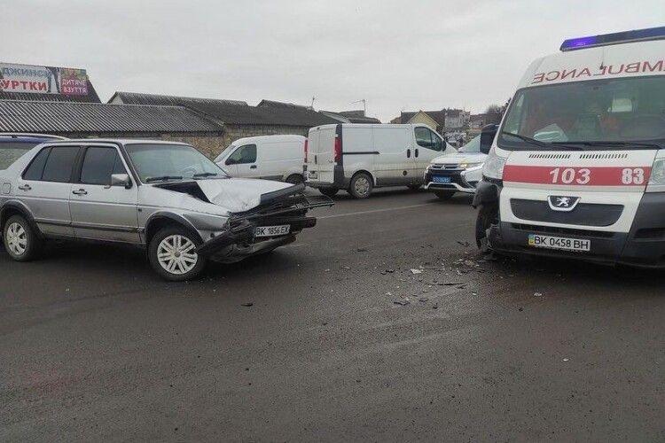 У Дубні в аварію потрапила «швидка», бо легковик не дав дороги (Фото)