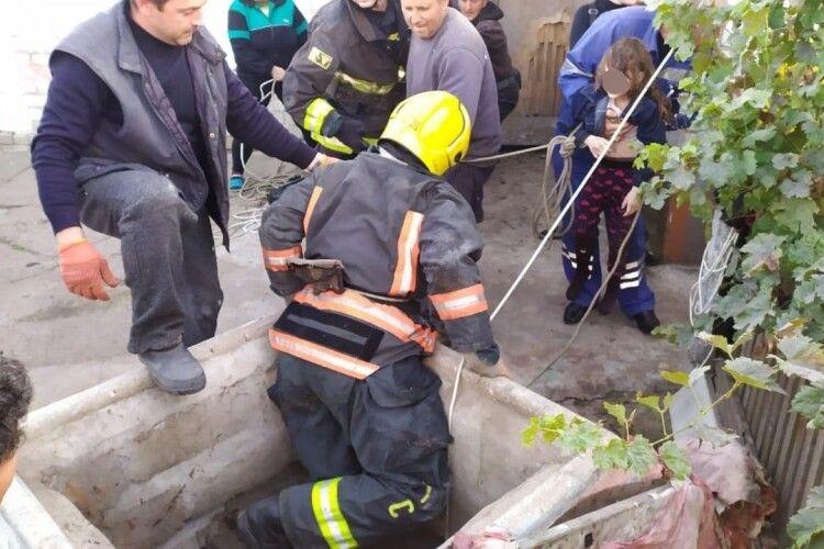 Семирічна дівчинка впала в 15-метрову свердловину, намаючись дістати іграшку