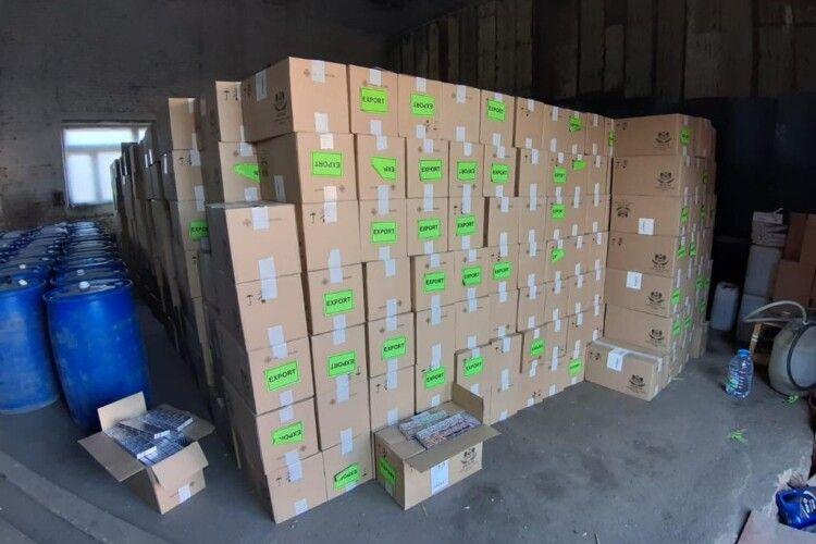 У Луцьку під час обшуків вилучили контрафактні цигарки вартістю понад 600 тисяч доларів. ФОТО