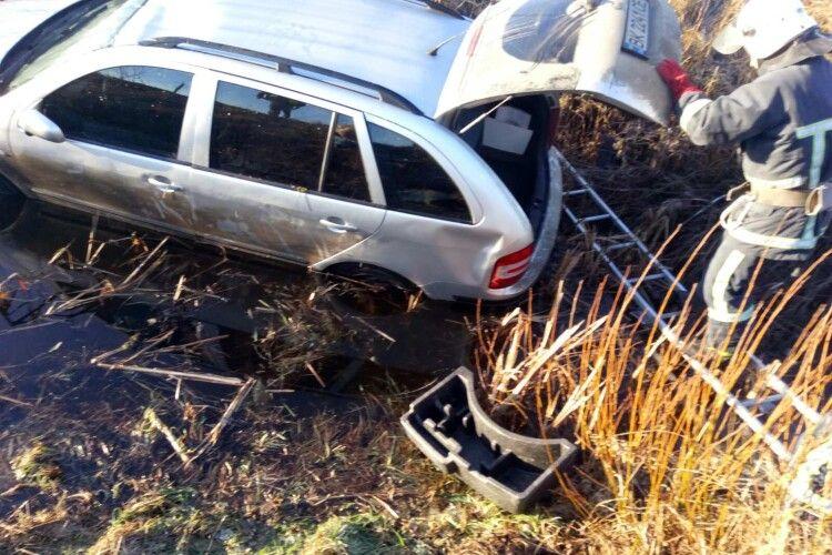 На Волині рятувальники витягували з водойми авто, яке злетіло з дороги (Фото)