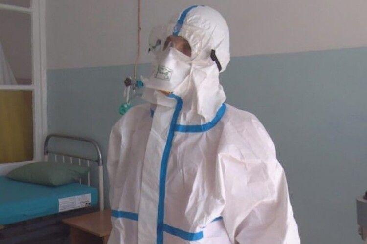 У волинські лікарні відправлено 700 захисних костюмів від Порошенка