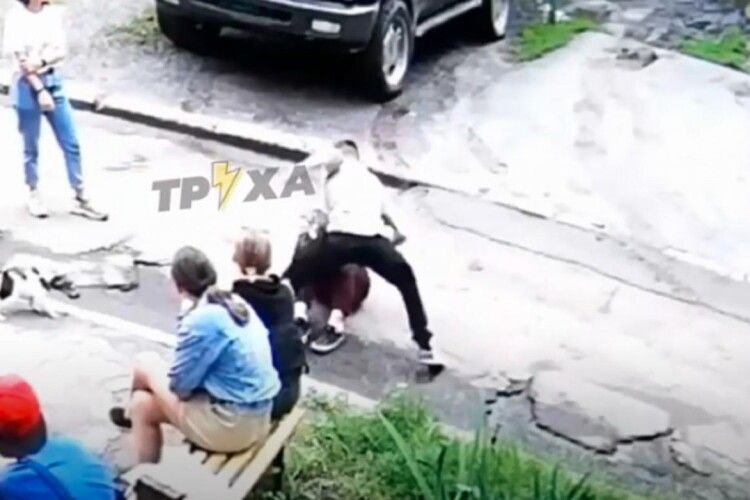 Користувачі соцмереж шоковані: хлопець жорстоко побив дівчину на очах у ровесників (Відео 18+)