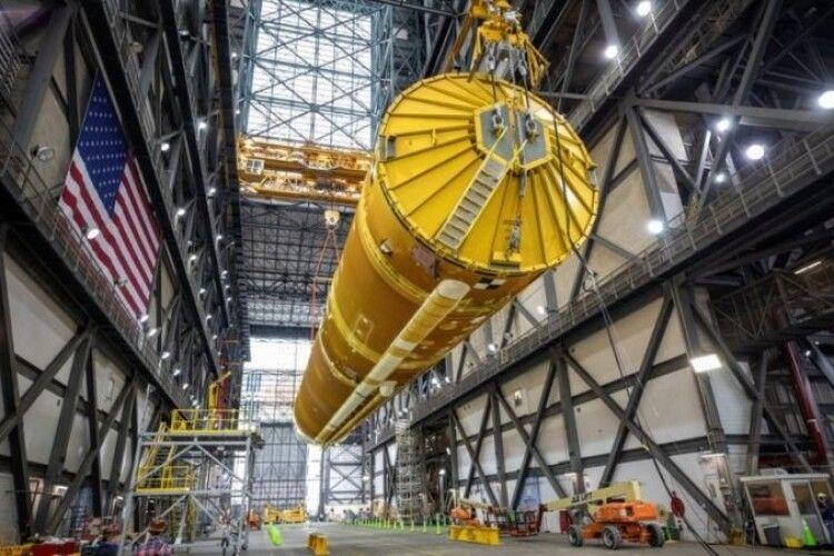 Американське космічне агентство НАСА показало 65-метрову ракету, яка полетить на Місяць