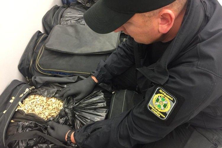 Майже 80 кг макової соломки намагався ввезти в Україну пасажир автобуса (фото, відео)