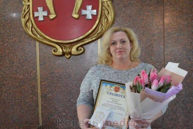 Візьміть грамоту: ковельчанку нагородили за врятоване життя  бабусі