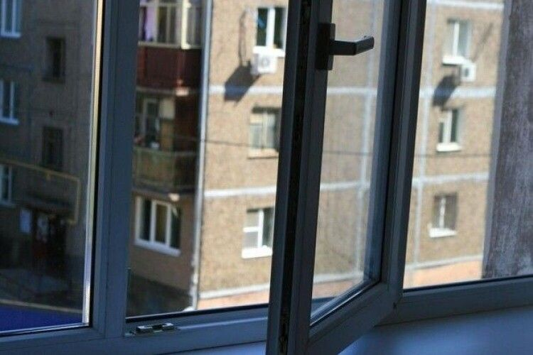 У Рівному з вікна багатоповерхівки випав чоловік (Фото 18+)