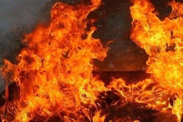 На Рівненщині дільничний їхав розкривати крадіжку, а дорогою ще й загасив пожежу (Відео)