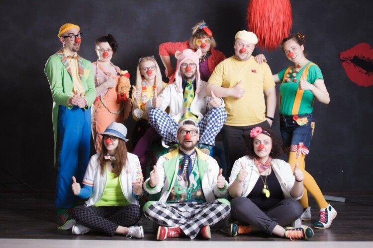 Сьогодні День волонтера – лікарняні клоуни «Червоні носи» кличуть у команду