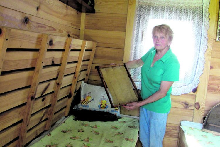 Ну як без пані бджолярки у медовому селі Баїв?