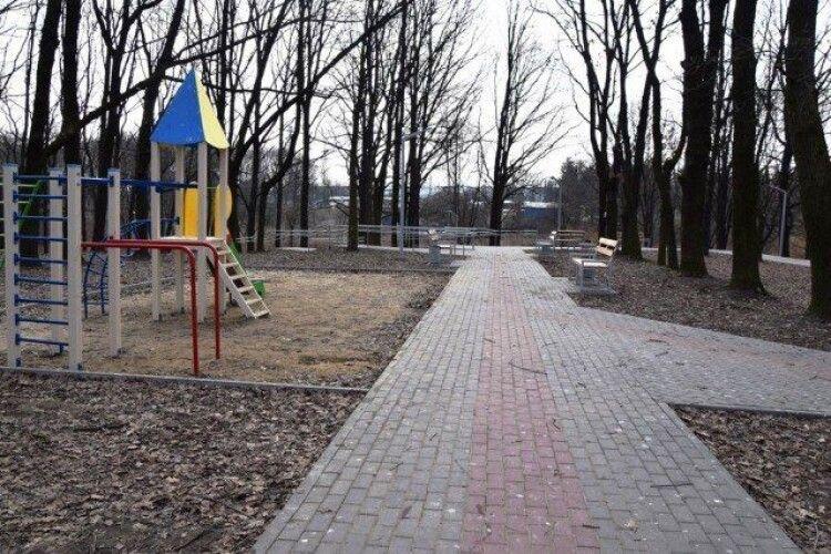 У Луцьку в парку встановлять освітлення