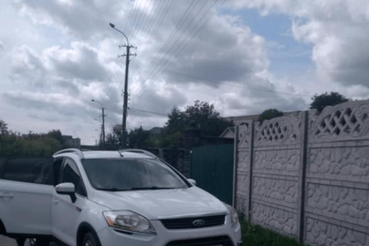 Рівнянка звинувачує у побитті власницю припаркованого на тротуарі джипа