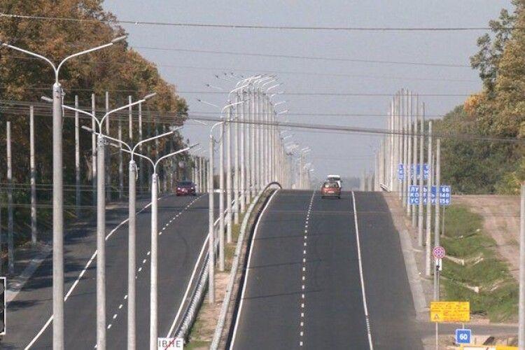 На ділянці дороги з Рівного до Луцька затримка з увімкненням освітлення. Чому (Відео)