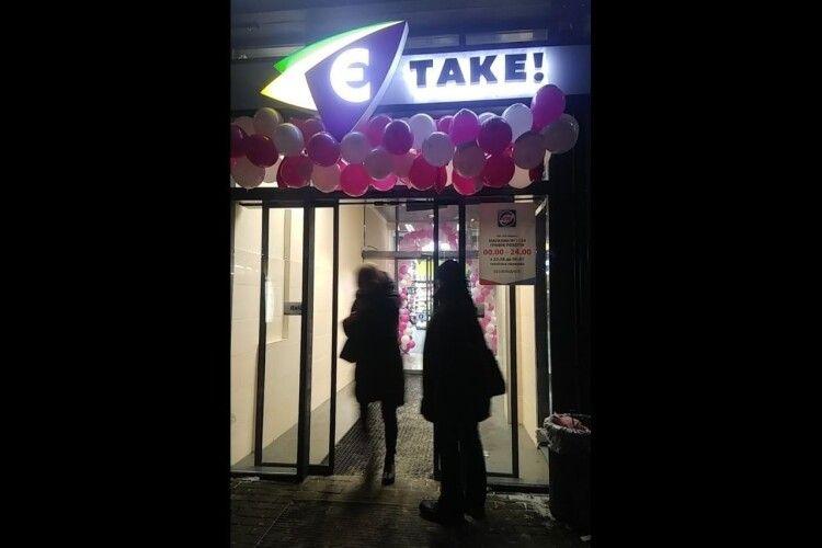 Випадало з куртки: у Луцьку чоловік накрав товарів, попри масу людей у магазині
