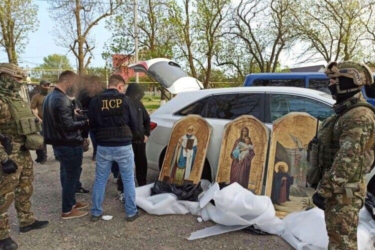Жителі села на Горохівщині впізнали ікони зі свого храму серед викрадених