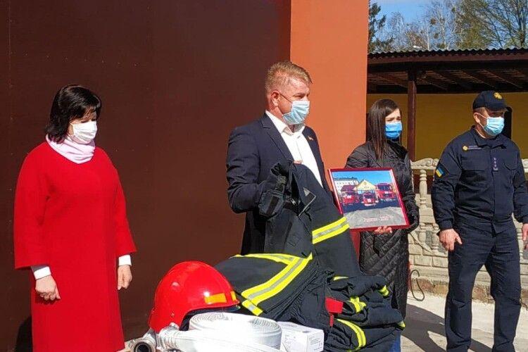 Рятувальники отримали 15 протипожежних костюмів, які витримують температуру понад 700 градусів