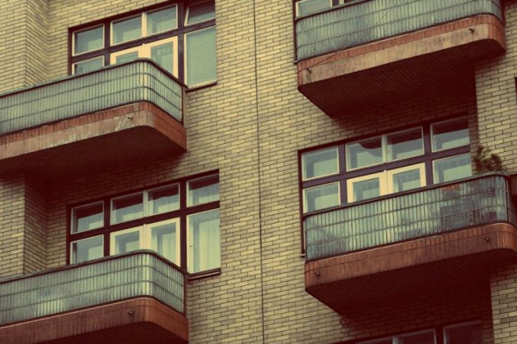 З балкону лилася кров на білизну: налякана жінка викликала поліцію до сусідів