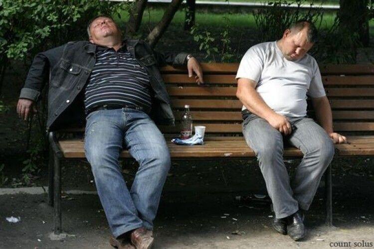 Лучанка просить розігнати «алкобасів» у сквері нарозі Даньшина та Львівської